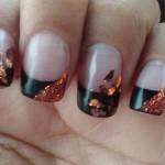 Дизайн ногтей с золотыми лепестками