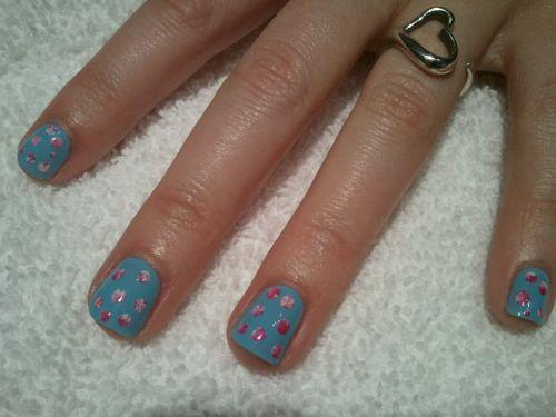 Дизайн в горошек на коротких ногтях