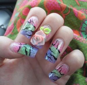 Дизайн ногтей с блестящими полосами