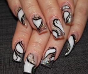 Дизайн ногтей «Белая абстракция»