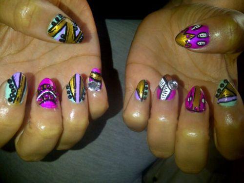 Дизайн ногтей в абстрактном стиле