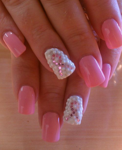 Дизайн ногтей с розовой лентой