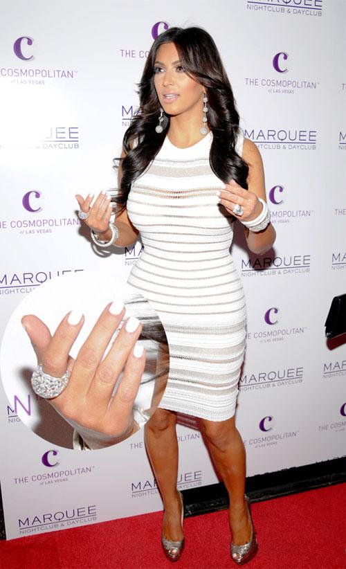 Белые ногти Ким Кардашьян
