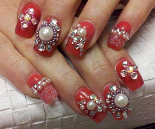 Дизайн ногтей с жемчугом и бриллиантами