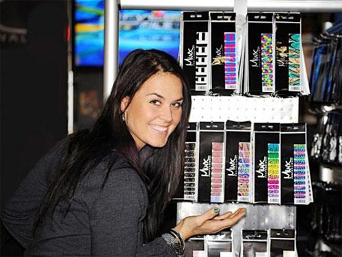 Кимми Кайс рекламирует новую коллекцию наклеек Minx