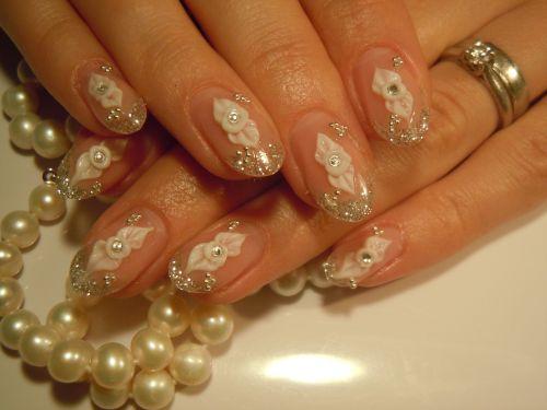 Дизайн ногтей с цветами и кристаллами