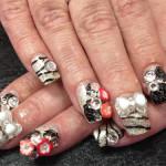 Дизайн ногтей «Черно-белые цветы»